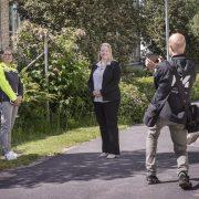 Reporter fotograferar kommunalrådet och Volvos platschef utanför Volvos lokaler i Flen
