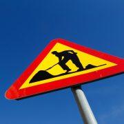 Skylt som varnar för vägarbete