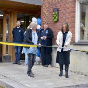 Helen Stockow och Sanna Öhlin klipper band utanför stadshusets entré